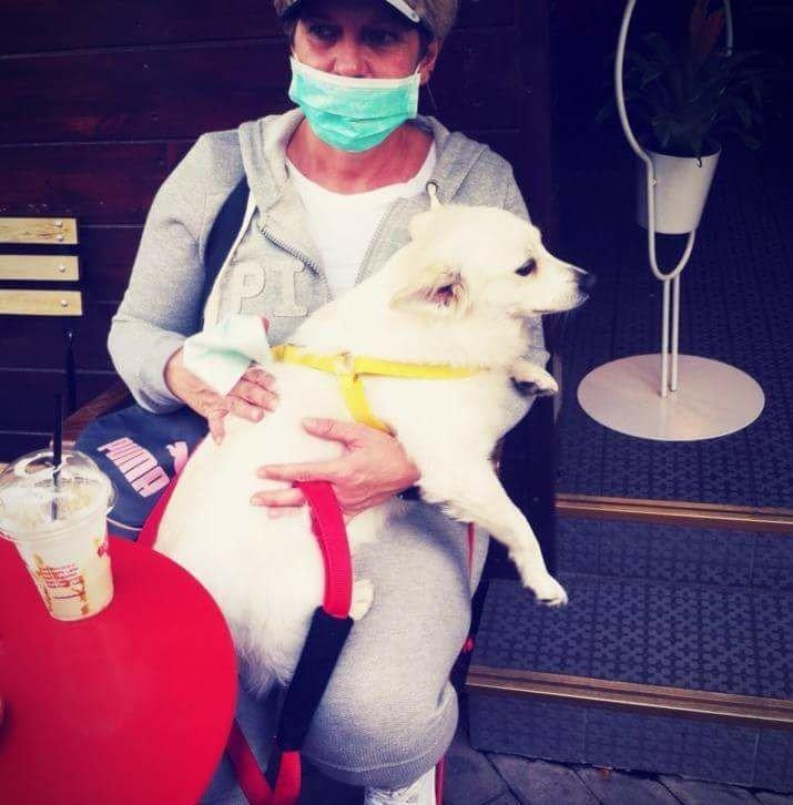 Viola Kusi me një nga qentë e saj. Foto: Private. Citizens Channel