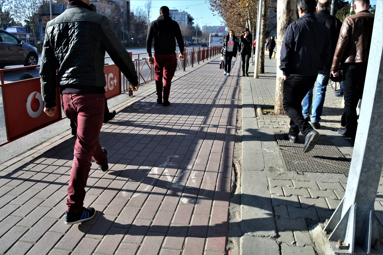 Këmbësorë në korsinë e biçikletave në rrugën Dritan Hoxha. Foto: S.Manushi/Citizens Channel
