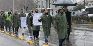 Banoret e Zharrzës mbërrijnë në Tiranë. Do te protestojne para Ministrise se Energjitikes