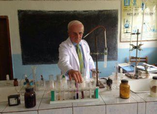 Mësues Haziza Bala në laboratorin e tij. Citizens Channel arsimi ne Shqiperi mungojne laboratoret