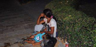 Nënë e bir duke lypur në qendër të Shkodrës. Foto: Elvis Nabolli Citizens Channel