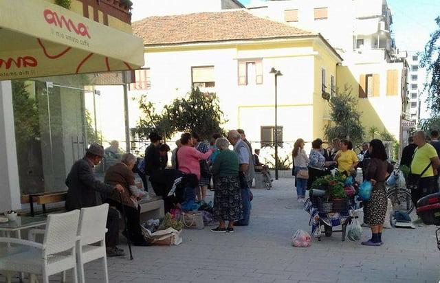 Papunësia detyron qytetarët e Fierit të dalin të shesin në trotuare