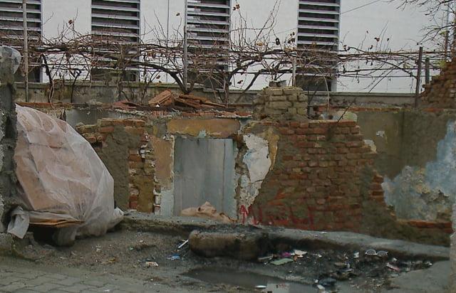 Strehimi i 70 familjeve të varfëra në Elbasan peng i burokracvie shtetërore