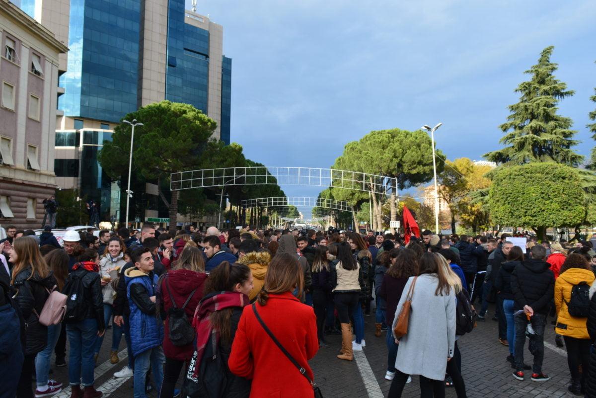 Dita e 10-të e protestës, studentët paralajmërojnë tubim masiv ditën e hënë