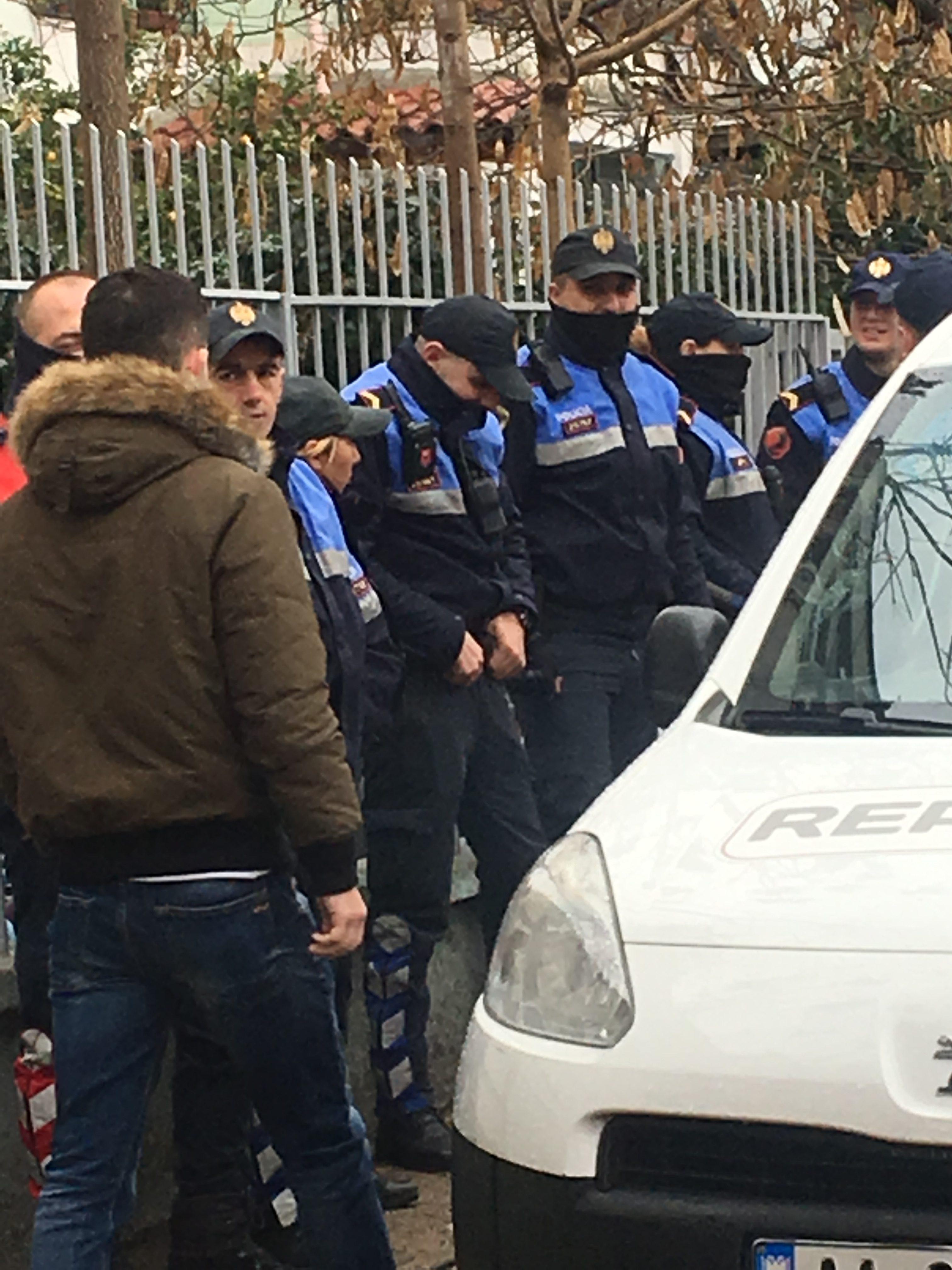 Policia hyn në universitet, përplasje me studentët